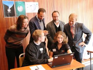 Kristen Lund, Crown Prince Haakus, Jimmy Wales, and Minister looking on as Wikipedians demonstrate editing.