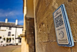 800px-QRpedia_plaque_for_Shire_Hall,_Monmouth